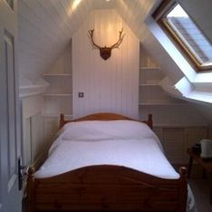Room 15 - double en-suite white bedding